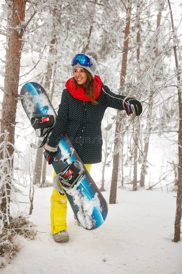 Download Glimlachend Meisje Die Snowboarder Door In Het Bos Van De Mistwinter Gaan Stock Afbeelding - Afbeelding bestaande uit mens, concept: 107706875