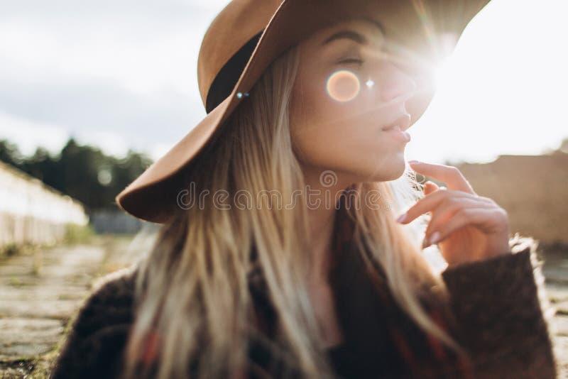 Glimlachend meisje in een hoed die de oude straten lopen royalty-vrije stock foto's