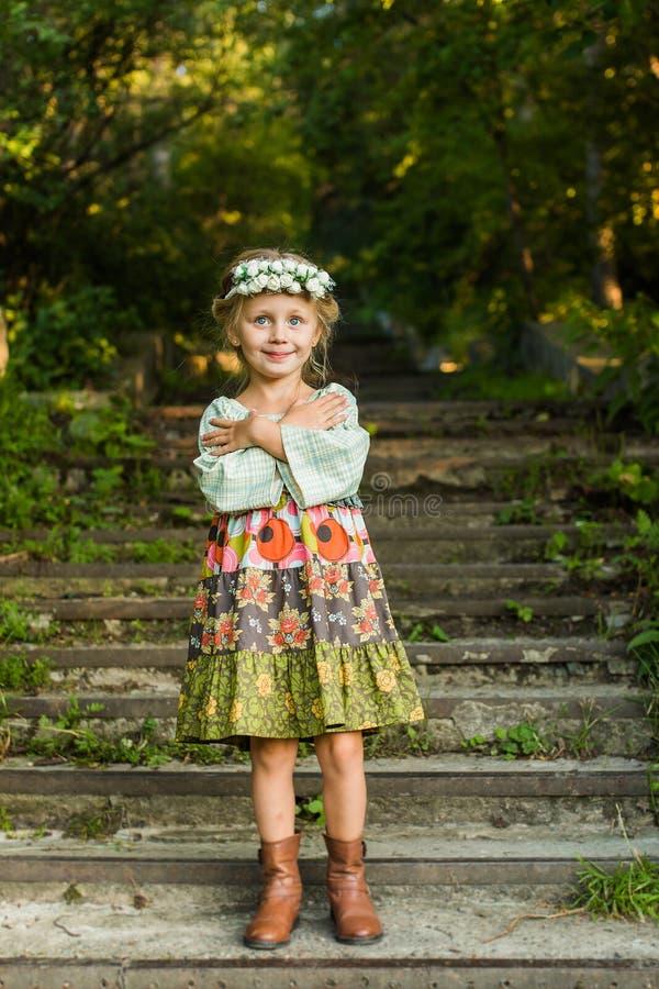 Glimlachend meisje in een mooie nationale kleding stock afbeelding