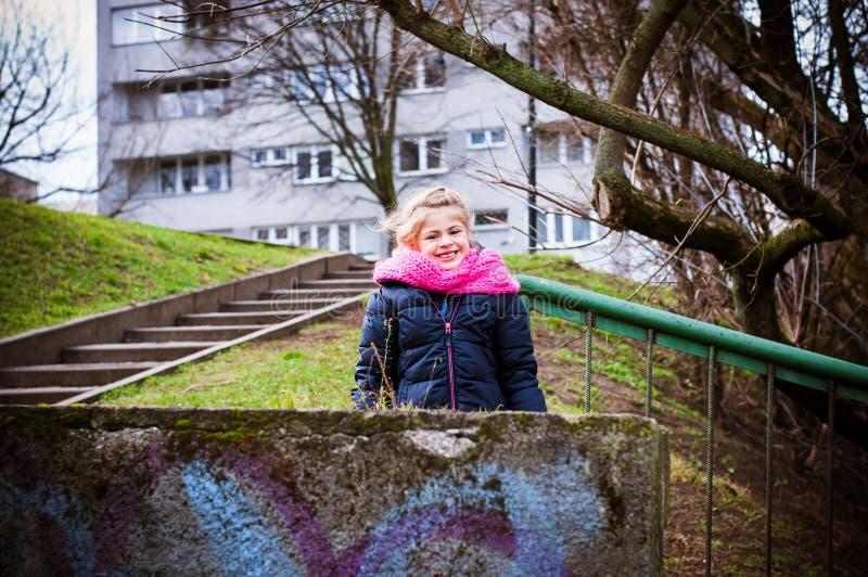 Glimlachend meisje in een stad royalty-vrije stock afbeelding
