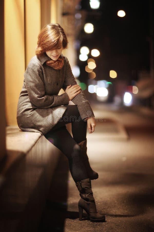 Glimlachend meisje in een stad van de de herfstnacht stock fotografie