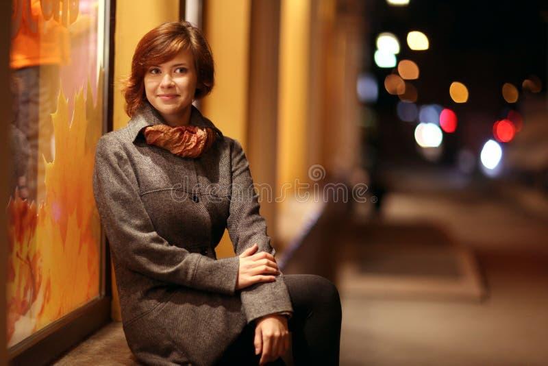 Glimlachend meisje in een stad van de de herfstnacht royalty-vrije stock afbeelding