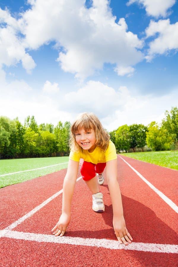 Glimlachend meisje in eenvormige klaar om marathon in werking te stellen stock foto