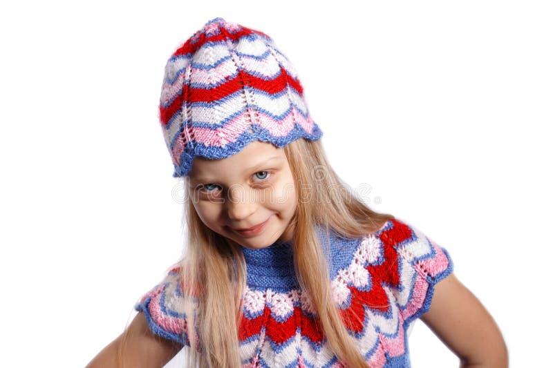 Glimlachend meisje in gebreide hoed royalty-vrije stock foto's