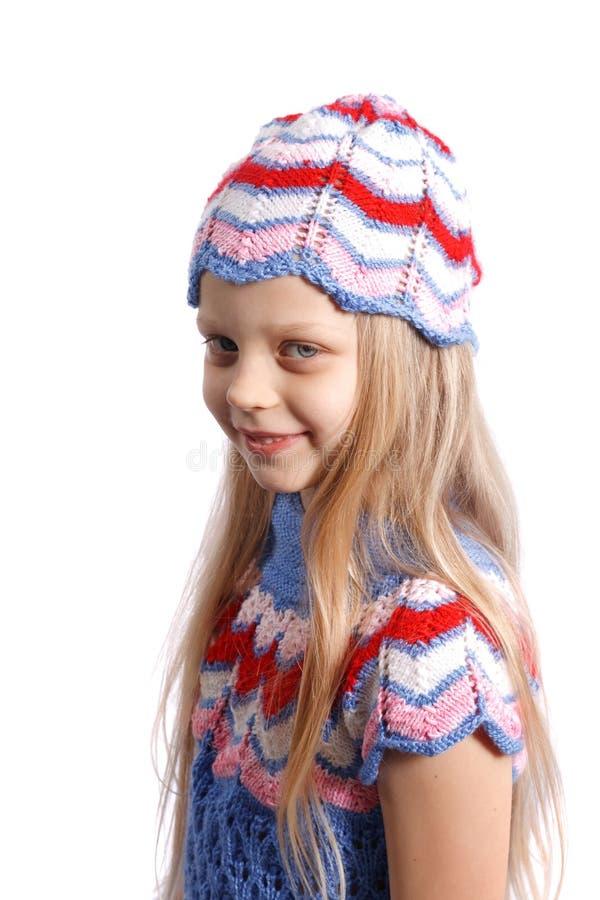 Glimlachend meisje in gebreide hoed royalty-vrije stock foto