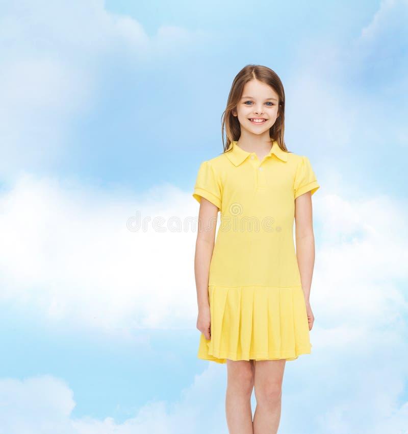 Glimlachend meisje in gele kleding stock foto