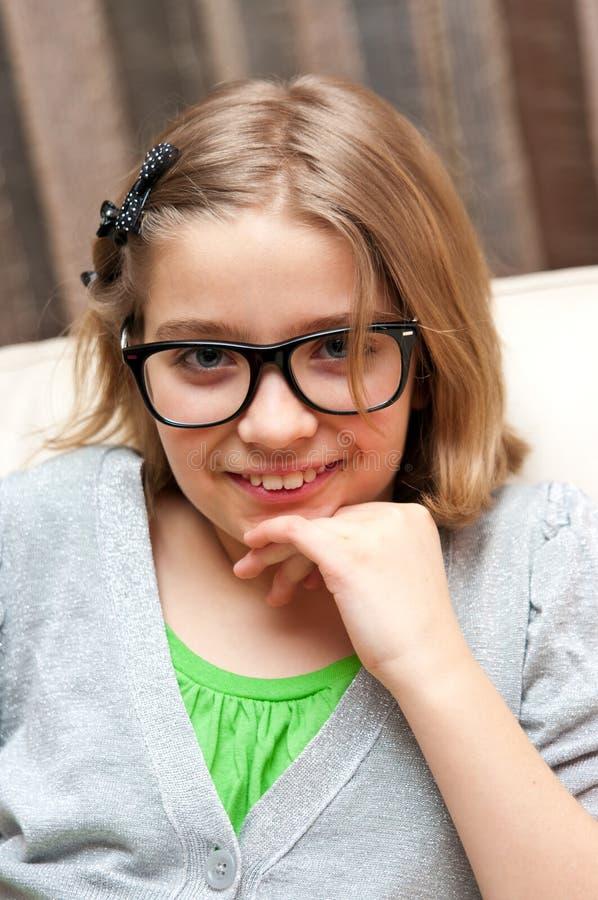 Glimlachend meisje in glazen stock fotografie
