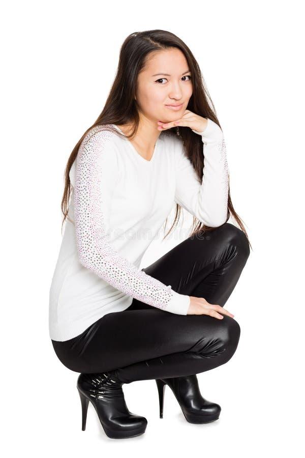 Glimlachend meisje in het witte hurken van Jersey stock afbeeldingen