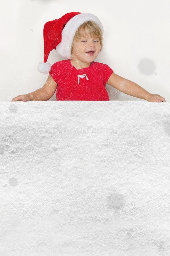 Glimlachend meisje in Kerstmankostuum met sneeuw royalty-vrije stock afbeelding