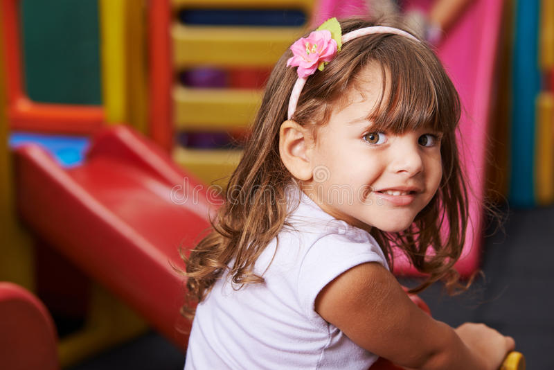 Glimlachend meisje in kleuterschool royalty-vrije stock afbeelding