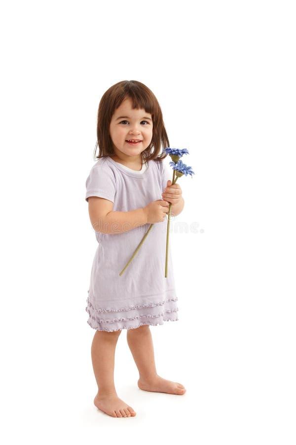 Glimlachend meisje in leuke kleding met bloemen royalty-vrije stock afbeeldingen