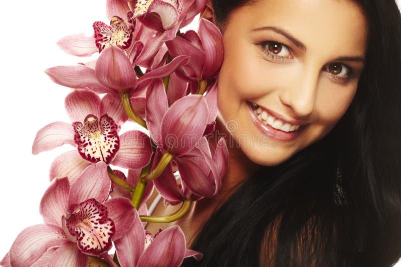 Glimlachend meisje met aardige bloem royalty-vrije stock foto's