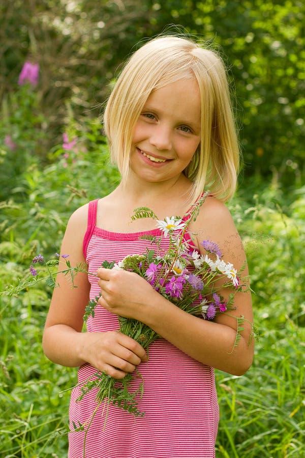 Glimlachend Meisje met Bloemen royalty-vrije stock afbeelding