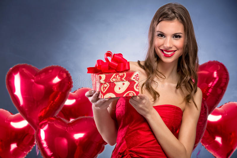 Glimlachend meisje met een gift van Valentine ` s royalty-vrije stock foto