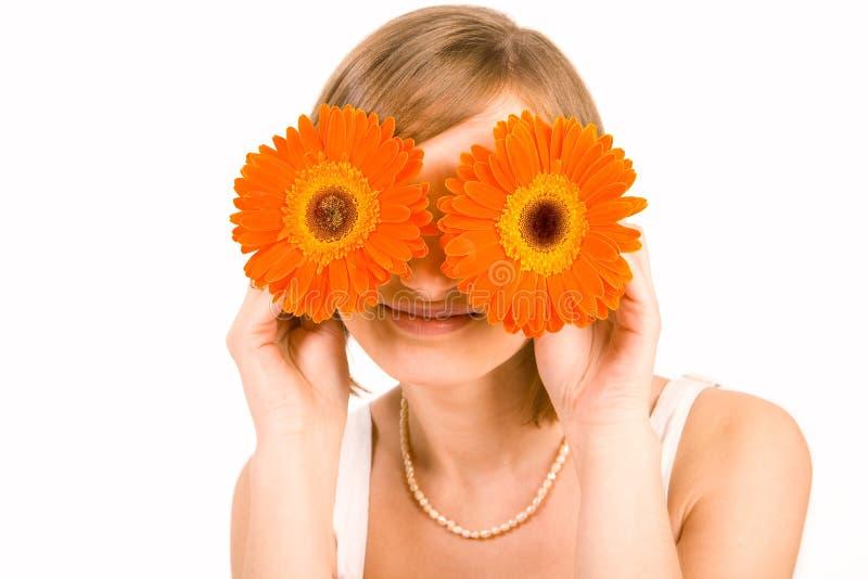 Glimlachend meisje met gerberogen royalty-vrije stock afbeeldingen