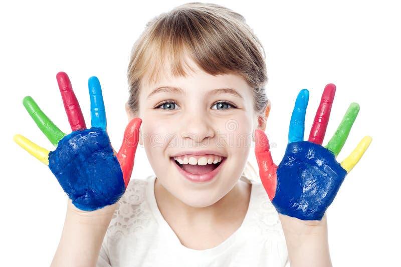 Glimlachend meisje met geschilderde handen stock foto