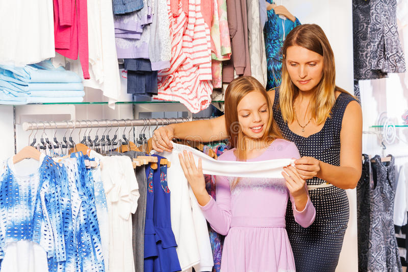 Glimlachend meisje met haar moeder die samen winkelen royalty-vrije stock foto's