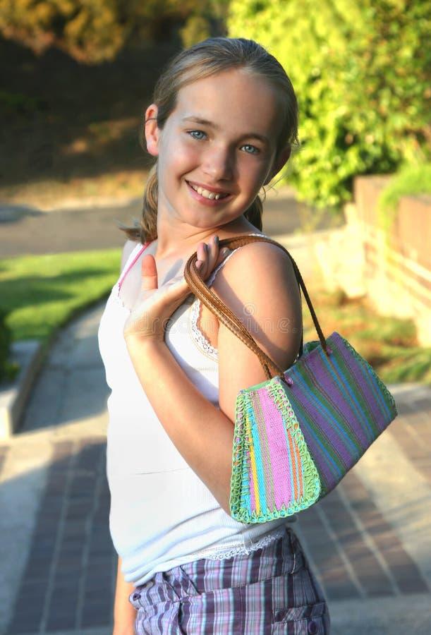 Glimlachend meisje met handtas stock afbeeldingen