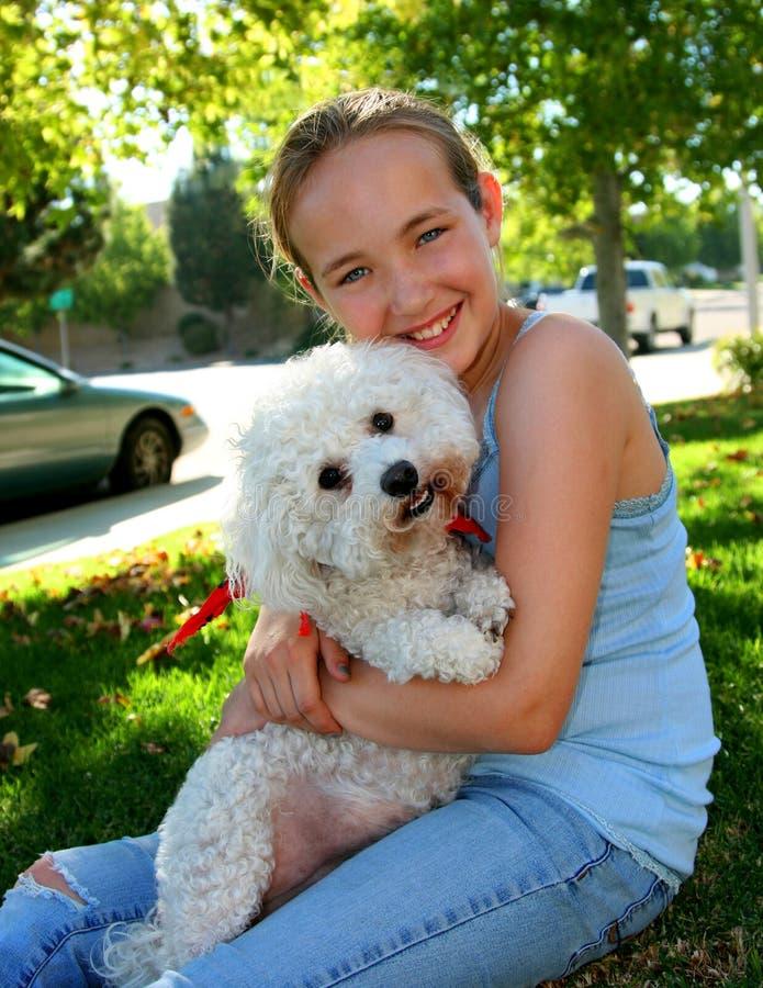 Glimlachend meisje met hond stock foto's