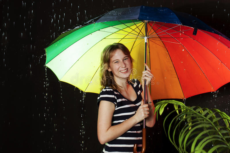Glimlachend meisje met kleurrijke paraplu royalty-vrije stock foto's