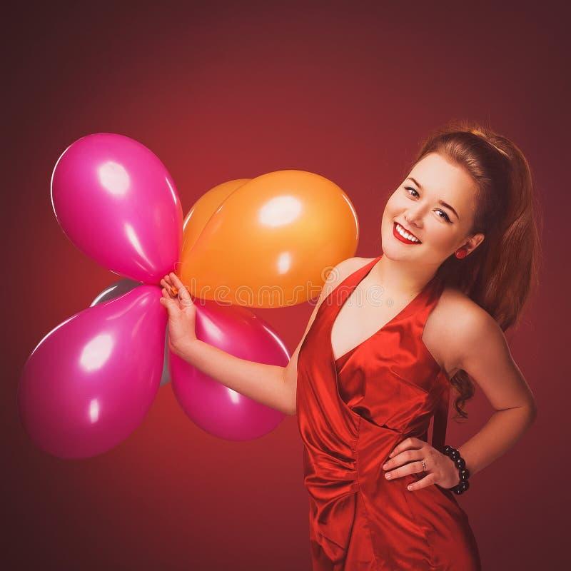Glimlachend meisje met luchtballons royalty-vrije stock foto's