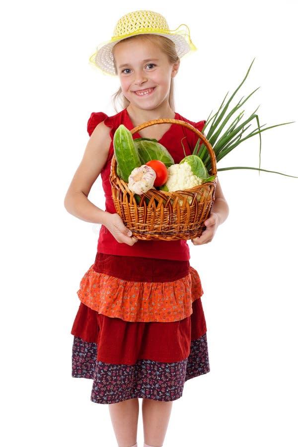 Glimlachend meisje met mand van groenten royalty-vrije stock afbeeldingen