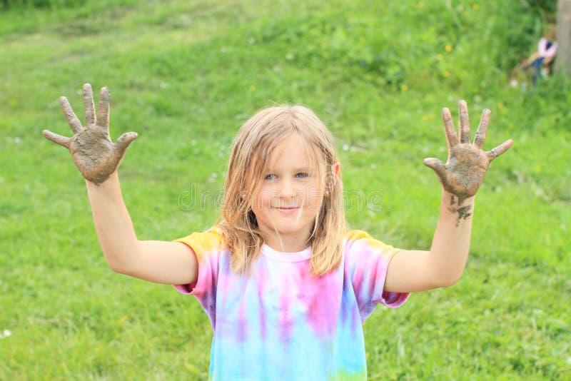 Glimlachend meisje met modderige handen royalty-vrije stock foto's