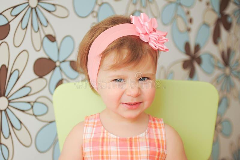 Glimlachend Meisje met Rose Headband royalty-vrije stock fotografie