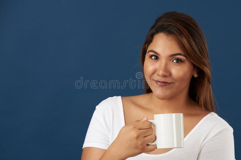 Glimlachend meisje met theekop stock afbeelding