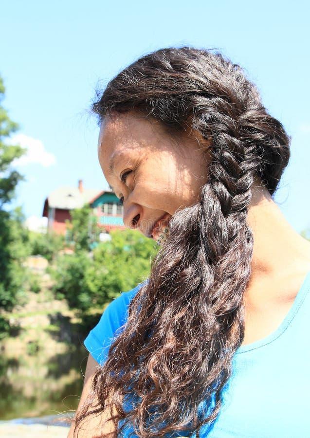 Glimlachend meisje met vlecht stock fotografie