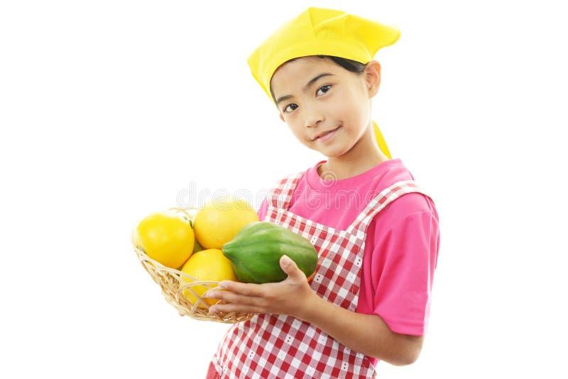 Glimlachend meisje met vruchten royalty-vrije stock foto