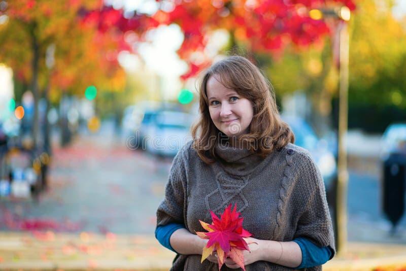 Glimlachend meisje in Notting-Heuvel stock foto's