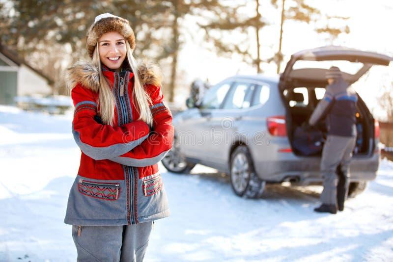 Download Glimlachend Meisje Op De Winter Openlucht Stock Foto - Afbeelding bestaande uit kaukasisch, portret: 107706072