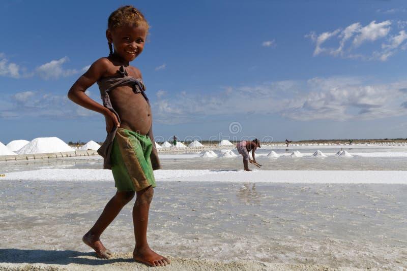 Glimlachend meisje op de zoute vijvers royalty-vrije stock foto