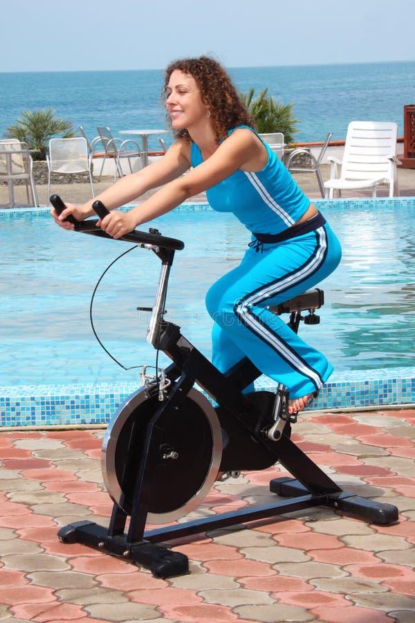 Glimlachend meisje op fiets opleidingsapparaten openlucht royalty-vrije stock foto's