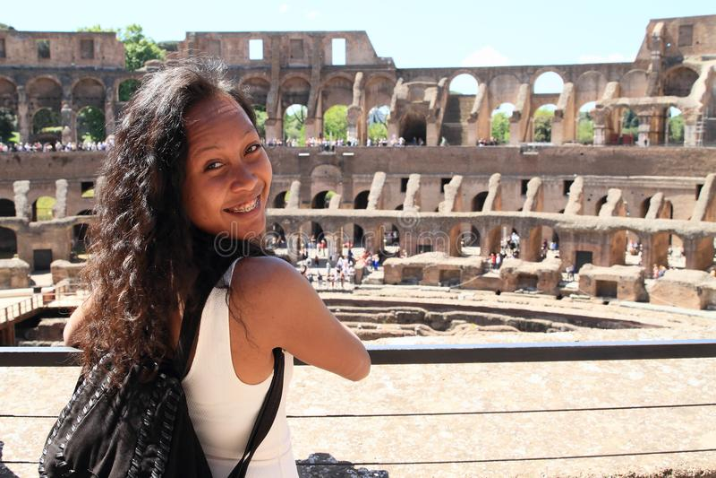 Glimlachend meisje op galerij van Colosseum stock foto's