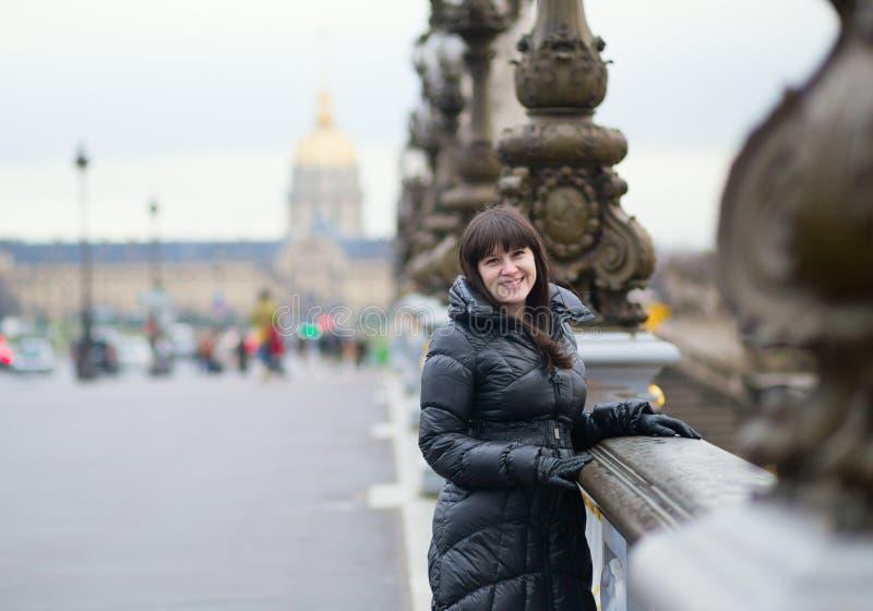 Glimlachend meisje op Pont Alexandre III in Parijs royalty-vrije stock fotografie