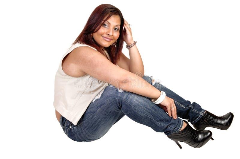 Glimlachend meisje op vloer. royalty-vrije stock fotografie