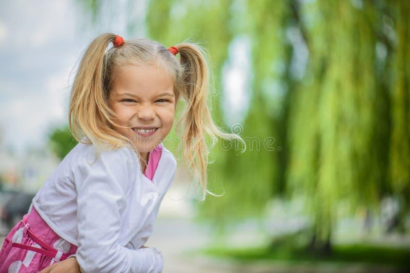 Glimlachend meisje in roze kleding stock foto