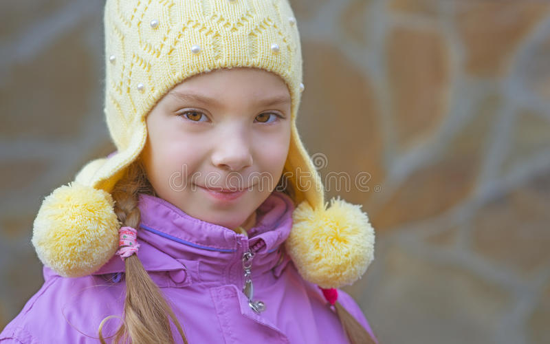 Glimlachend meisje in roze laag royalty-vrije stock foto's