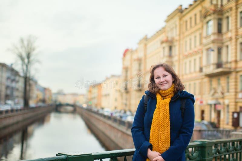 Glimlachend meisje in St. Petersburg, Rusland stock foto's