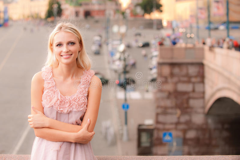 Glimlachend meisje tegen groot stadsvierkant stock foto