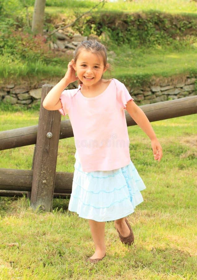 Glimlachend meisje vooraan houten schommeling royalty-vrije stock foto