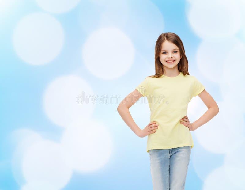 Glimlachend meisje in vrijetijdskleding stock fotografie
