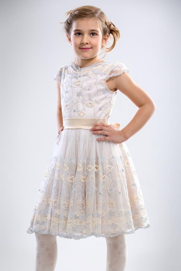 Glimlachend meisje in witte kleding stock fotografie