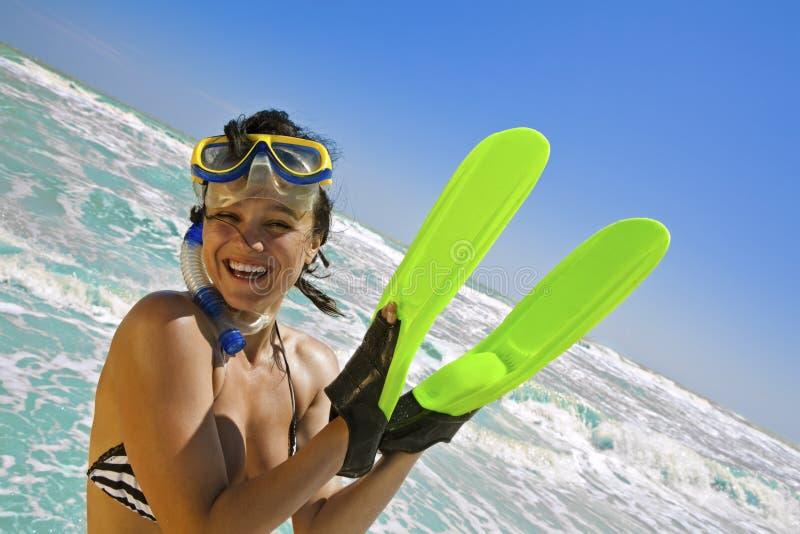 Glimlachend meisje in zwemmend masker stock fotografie