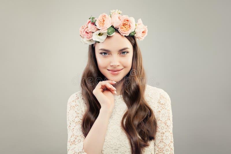 Glimlachend ModelWoman met Duidelijke Huid, Gezond Haar, Natuurlijke Make-up en de Lentebloemen stock foto's