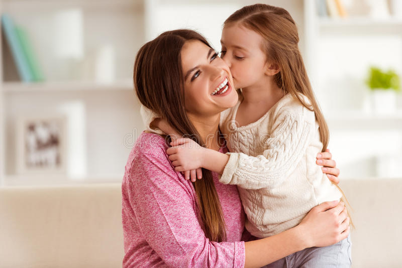 Glimlachend moeder en kind stock fotografie