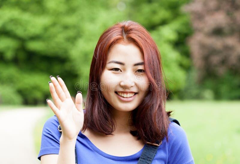Glimlachend Mongools meisje in een park stock afbeelding