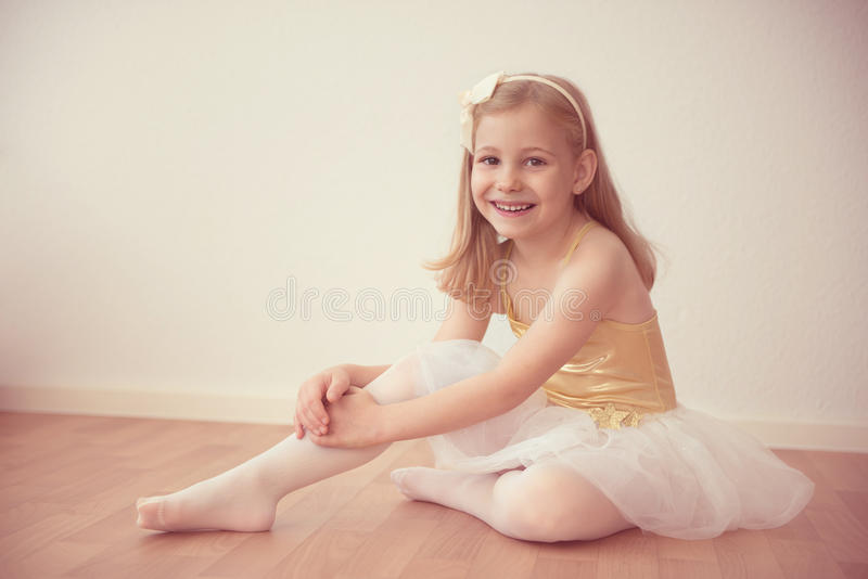 Glimlachend mooi balletmeisje in witte tutu in studio royalty-vrije stock afbeelding